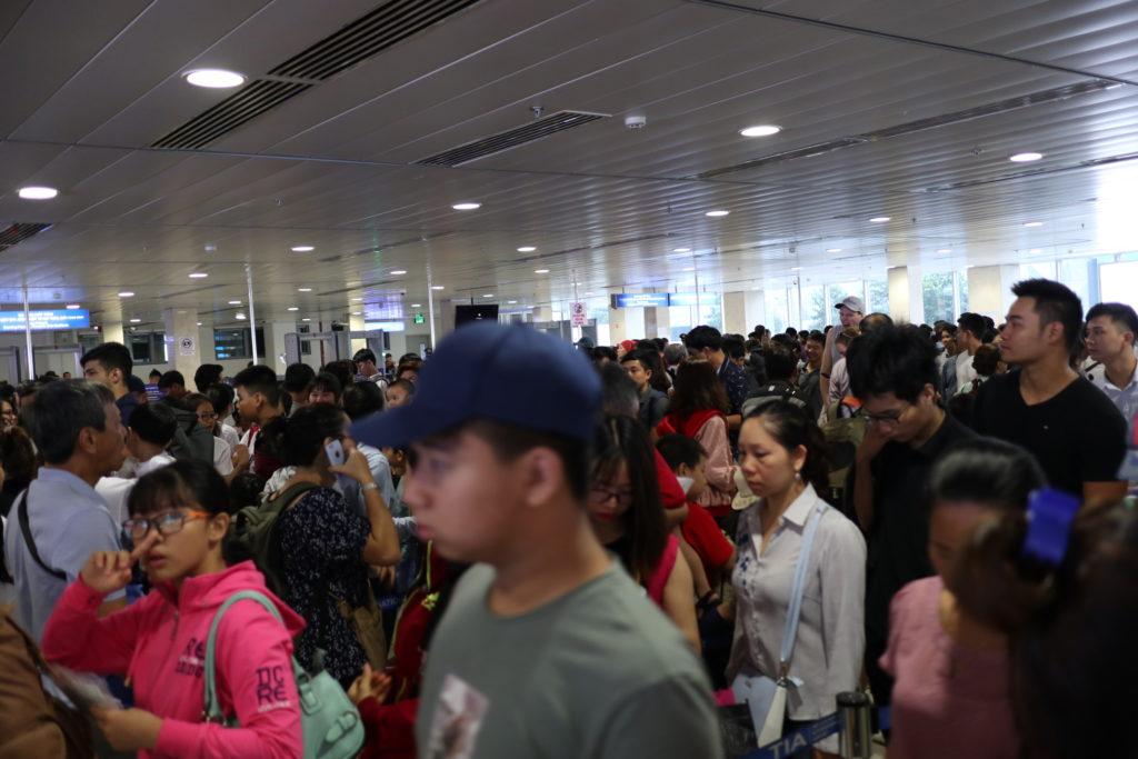 ベトナムホーチミンタンソンニャット空港国内線ダナン行きセキュリティチェックの混雑