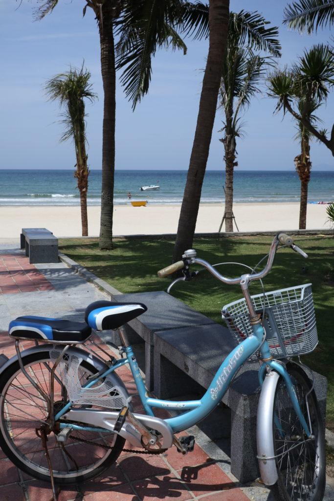 ベトナムダナンのミーケビーチをサイクリング