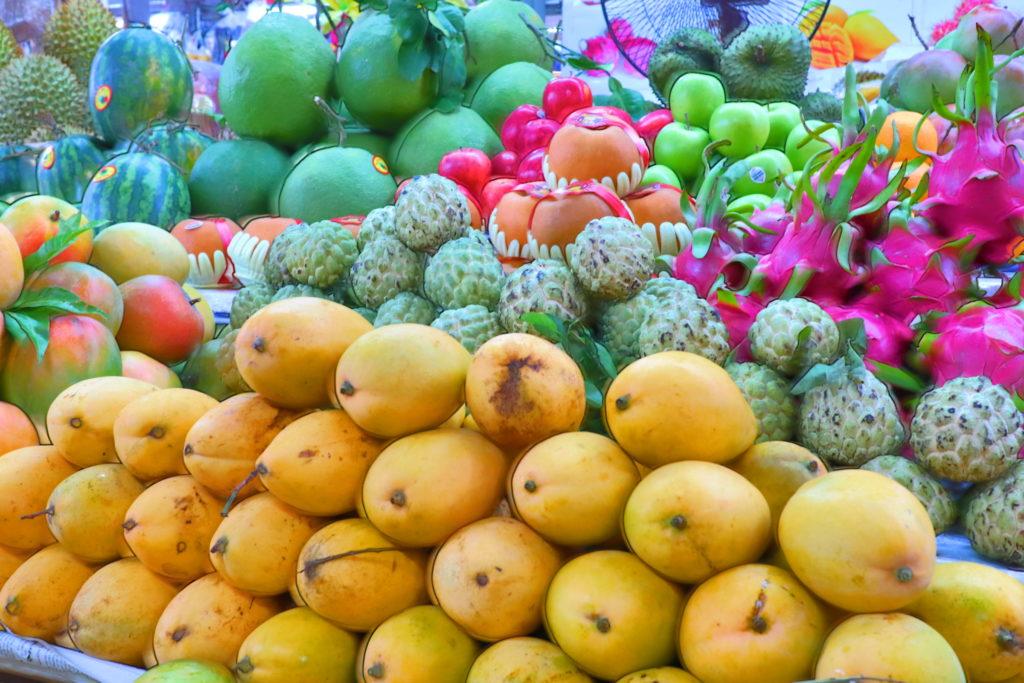 ハン市場では生のフルーツを売っている