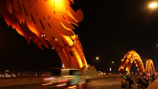 ダナンのドラゴンブリッジの夜の様子