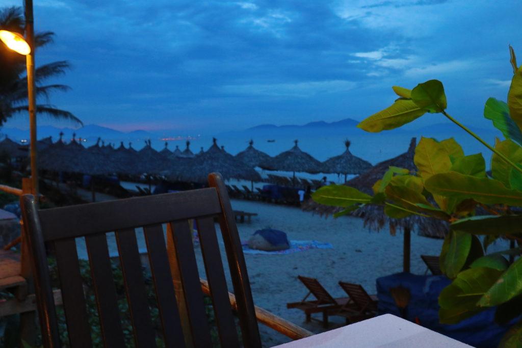 ホイアンのアンバンビーチのレストランから海を眺める