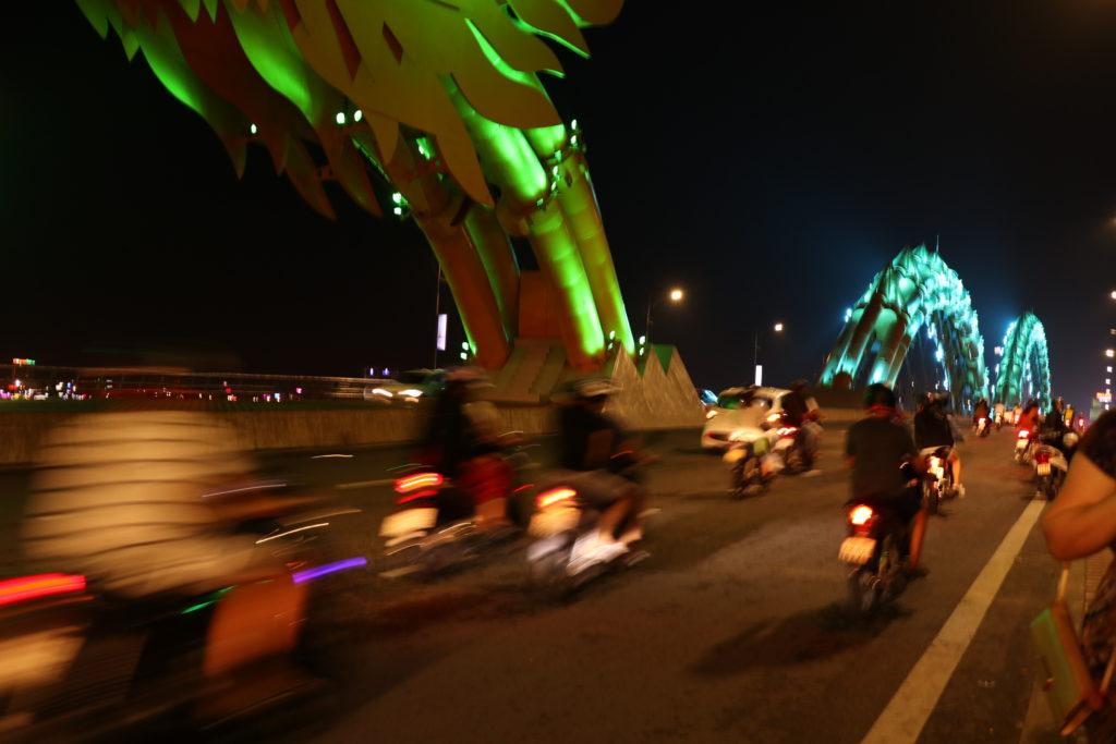 ダナンのドラゴンブリッジをバイクが走っていく