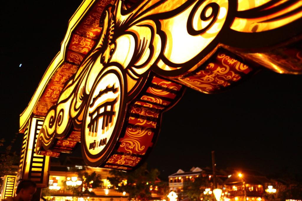 ホイアン、アンホイ橋のライトアップ