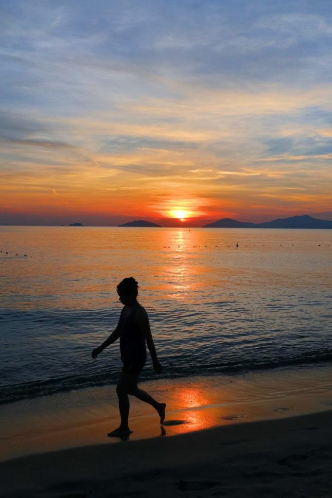 ホイアンアンバンビーチの朝焼け