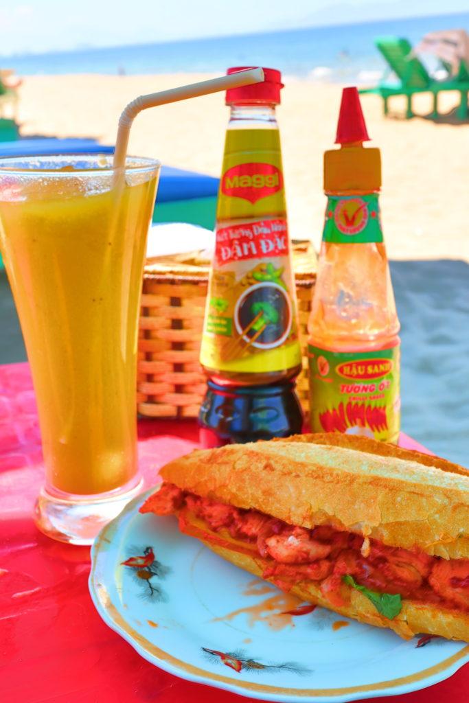 Tree Coconuts Beachレストランでたべたバインミーとマンゴージュース