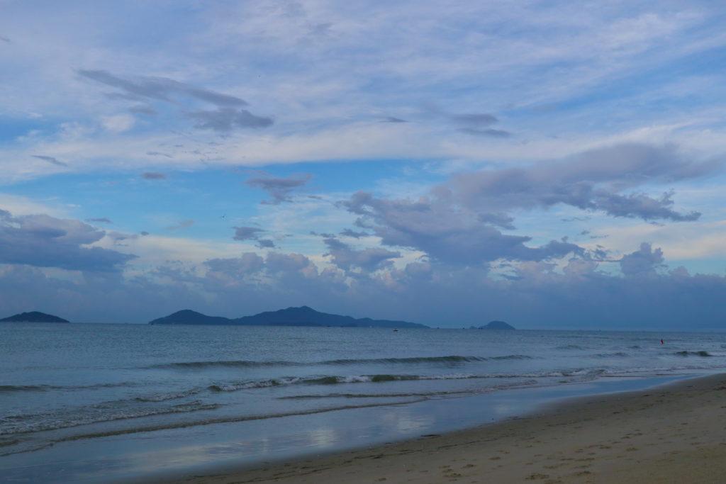 ホイアンのアンバンビーチからチャム島をのぞむ