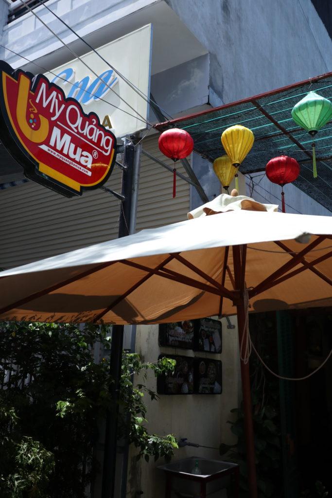 ダナンのご当地麺ミークワンを、レストランMi Quang Ba Muaで