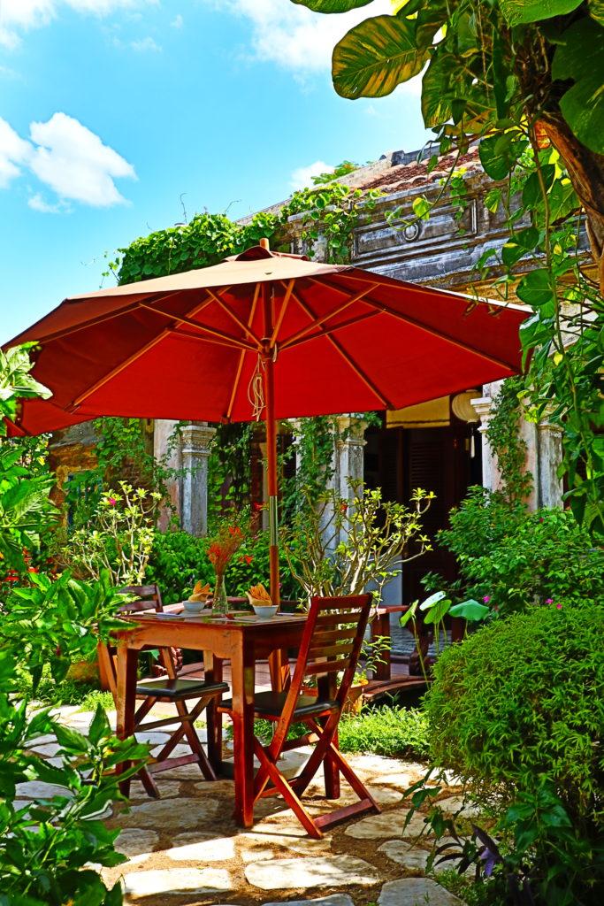 ホイアンのヴィーガンレストランMINH HIENのおしゃれな庭